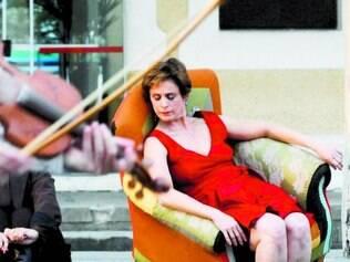 """Improvisação. Dançarina Letícia Carneiro realiza performance com poltrona na peça """"Ressonâncias"""""""