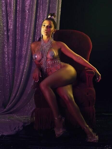 Anitta sensualiza para divulgar novo álbum