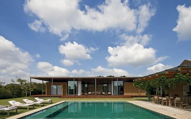 Os arquitetos buscaram o rigor geométrico na forma da casa e o aconchego da madeira para fazer o piso, o teto e as paredes internas