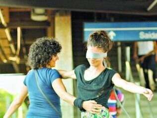 Dupla do Obscena dança na estação de metrô do Horto