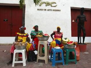 As palenqueras, mulheres negras com vestes coloridas, vendem frutas que refrescam o calor intenso