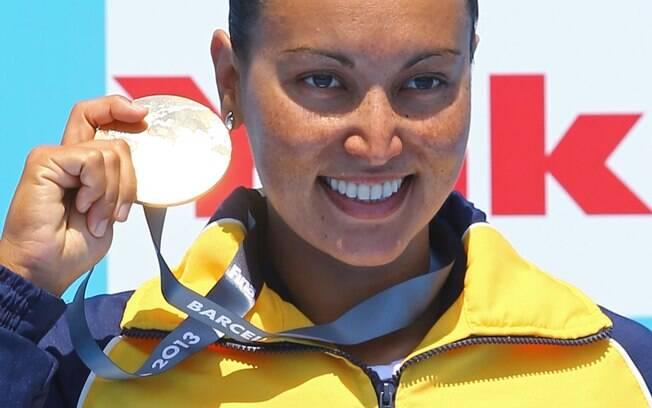 Poliana Okimoto exibe medalha de ouro nos 10  km da maratona aquática no Mundial de esportes  aquáticos