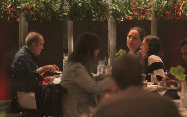 Renato Aragão jantou com a familia em um shopping do Rio de Janeiro