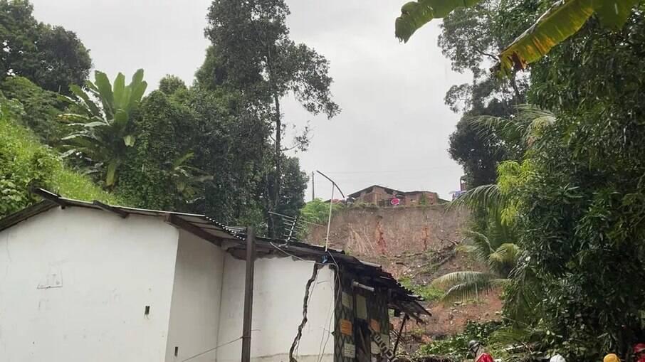 Bombeiros realizam buscas de família soterrada em Jabotão dos Guararapes