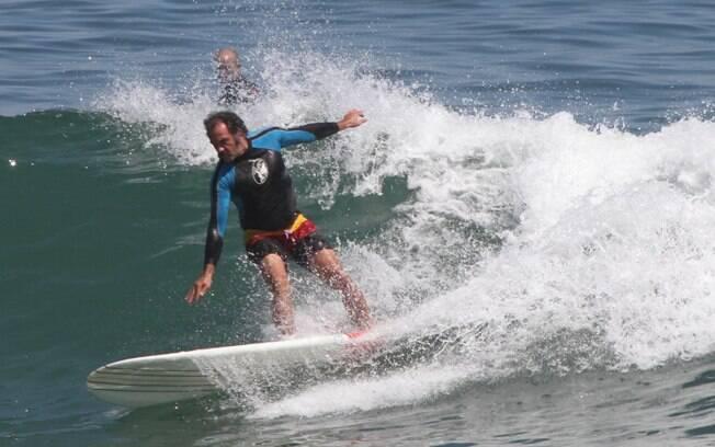 Humberto Martins pega onda na Praia da Macumba
