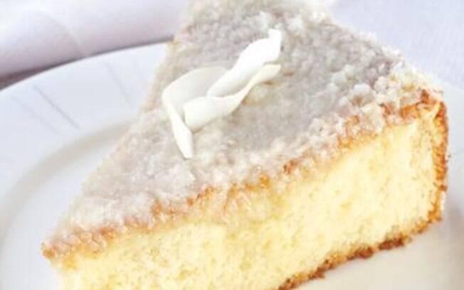 Bolo gelado ganha uma calda de coco e leite condensado para ficar ainda mais úmido e saboroso