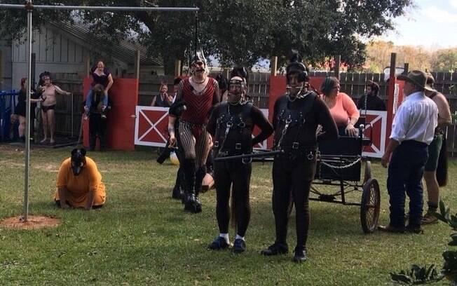 Nos encontros, as pessoas se dividem entre cavalos e domadores, participando de competições equestres