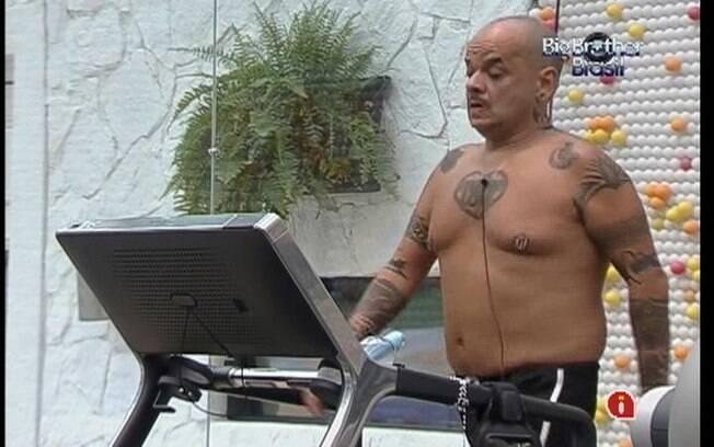 Tenso com o Paredão que ocorrerá neste domingo (04), João Carvalho decide malhar