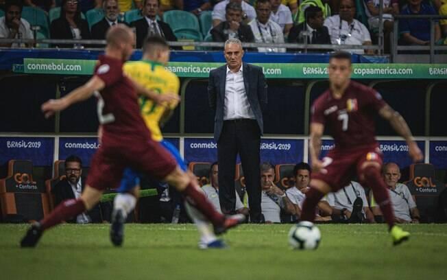 Tite observa a atuação do Brasil contra a Venezuela