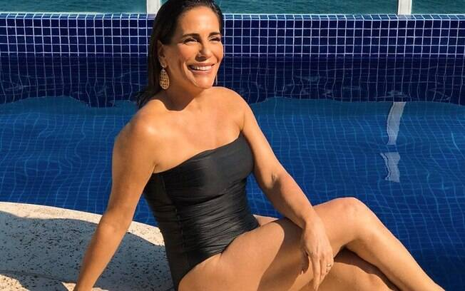 Glória Pires posa sensual aos 55 e impressiona internautas