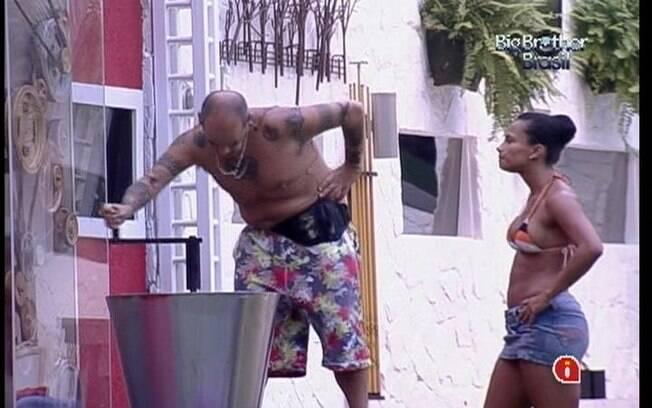João Carvalho e Kelly se empenham para gerar água quente para a casa