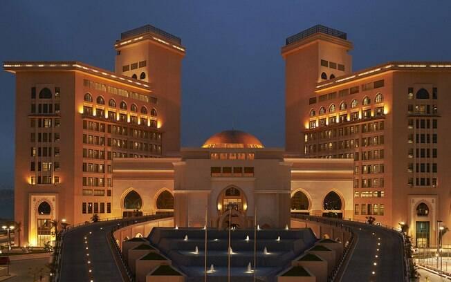 O The St. Regis também faz parte da lista de hotéis no Catar e tem uma localização privilegiada, próxima ao aeroporto