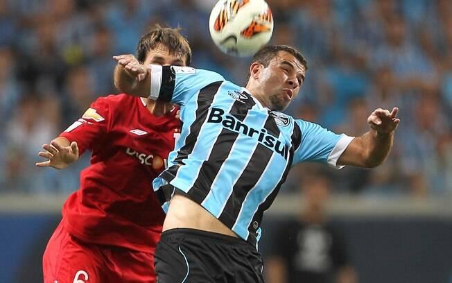 André Lima tenta o domínio da bola