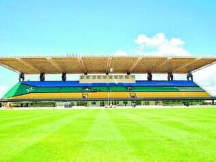 Meio a meio. Linha que divide o gramado coincide com a Linha do Equador, sendo o marco zero, daí o apelido do estádio ser Zerão