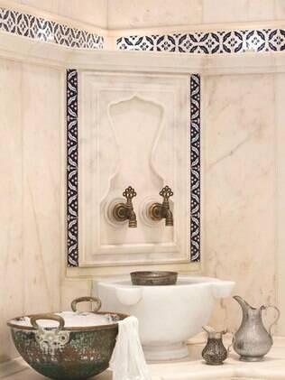 Torneiras com água quentinha ficam espalhadas dentro das salas de banho turco
