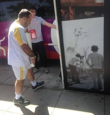 Tony Ramos desfila com tocha olímpica e agita museu em SP