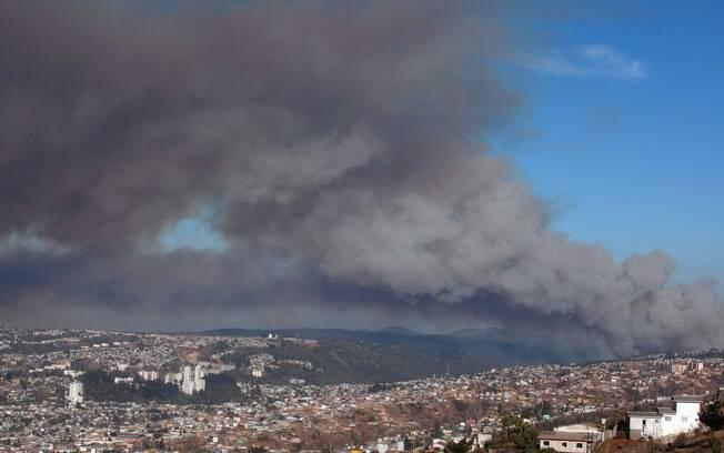 A propagação de um grave incêndio florestal na costa do Chile ameaça chegar às cidades portuárias próximas de Valparaíso e Vina del Mar