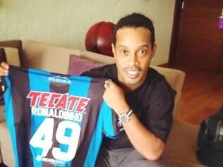 Ronaldinho apresenta camisa 49, número que voltará a utilizar agora defendendo as cores do Querétaro