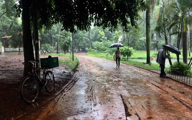 Chuva forte deixou praça na cidade de São Paulo completamente cheia de lama, dificultando a passagem de pedestres