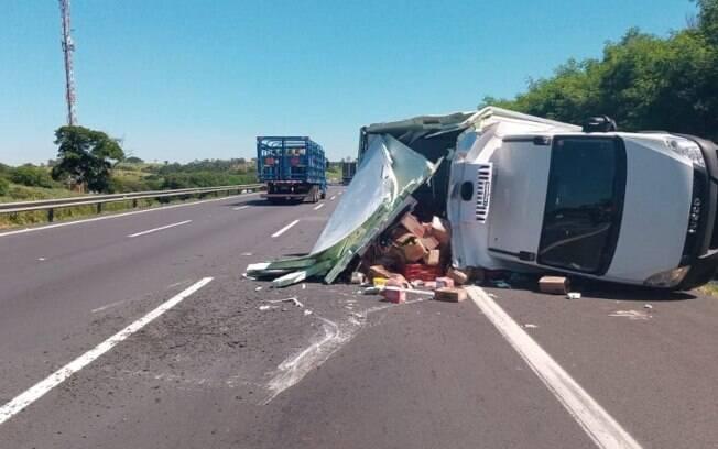 Caminhão com produtos alimentícios tomba após dois pneus furarem