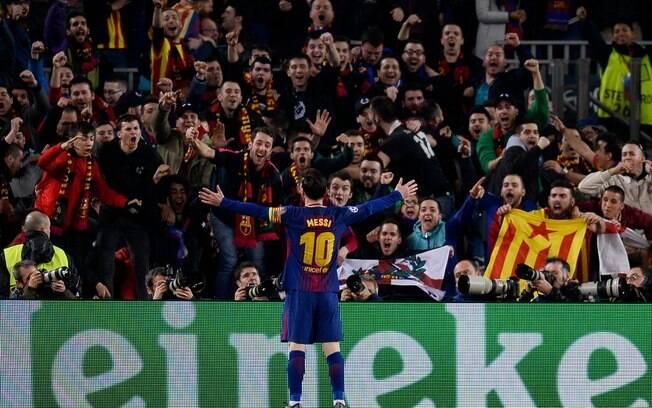 Messi comemora seu 100º gol na Liga dos Campeões com os torcedores do Barcelona no Camp Nou