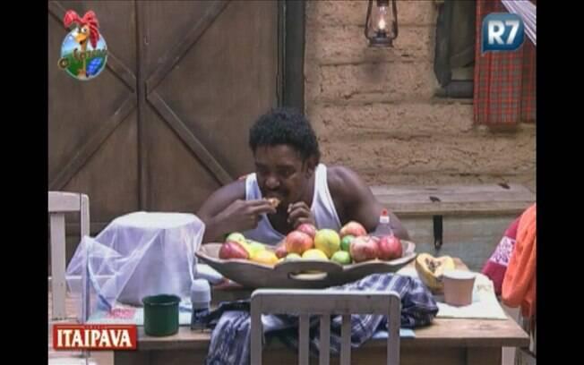 Enquanto isso, Compadre aproveita para tomar um café da manhã reforçado