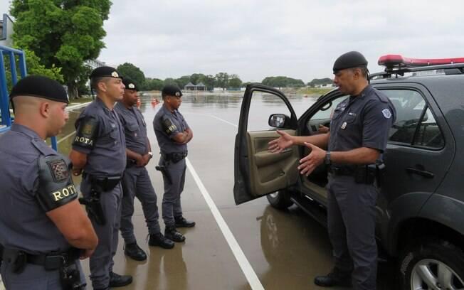 Instrução teórica e de ajustes da viatura. Sargento PM Vallilo (segundo a esquerda) e Sargento PM Oliveira (direita)