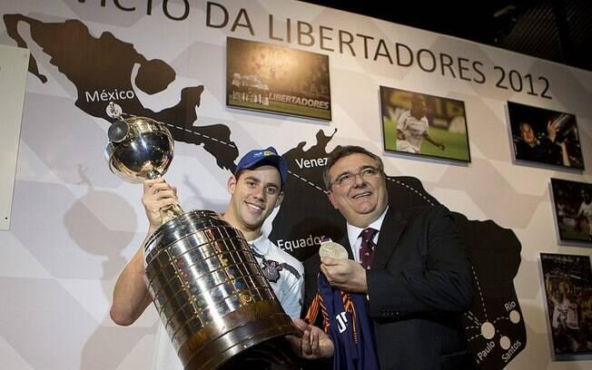 Thiago Pereira foi ao Memorial para tocar a  taça da Libertadores