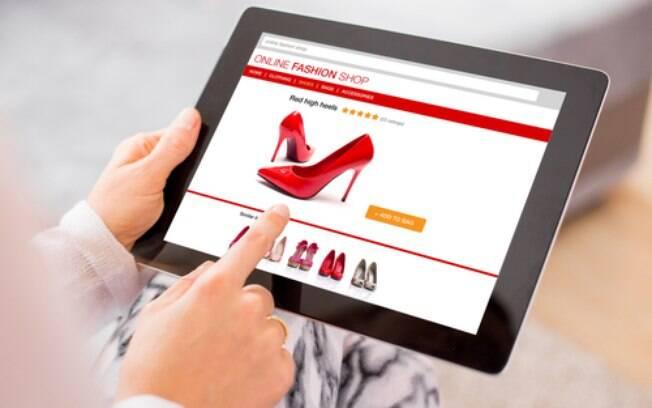 Verificar as informações sobre o produto ao comprar roupas online é importante para que não haja surpresas na entrega