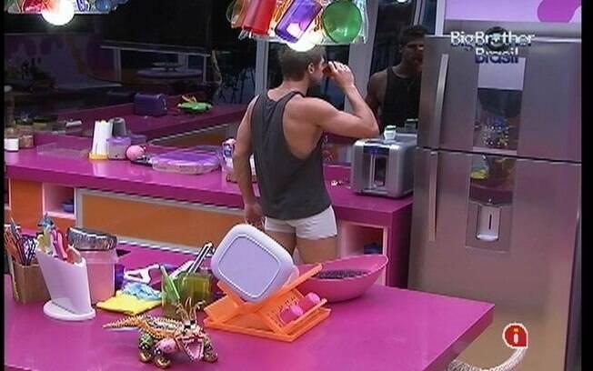 Jonas engole comprimido com um copo de água depois de ir ao banheiro