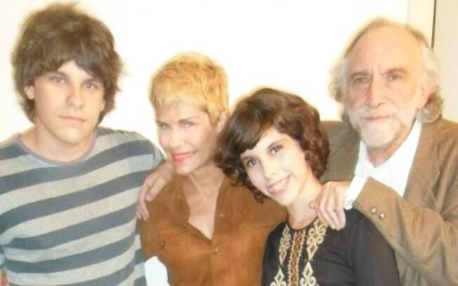 Doris Giesse ao lado dos filhos, Débora e Daniel, e do marido Alex Solnik
