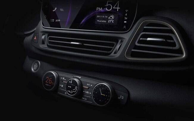 O interior terá central multimídia de última geração, desenho arrojado e botão para dar partida no lugar da chave