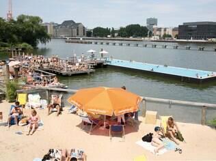 O rio Spree ganha praias artificiais no verão