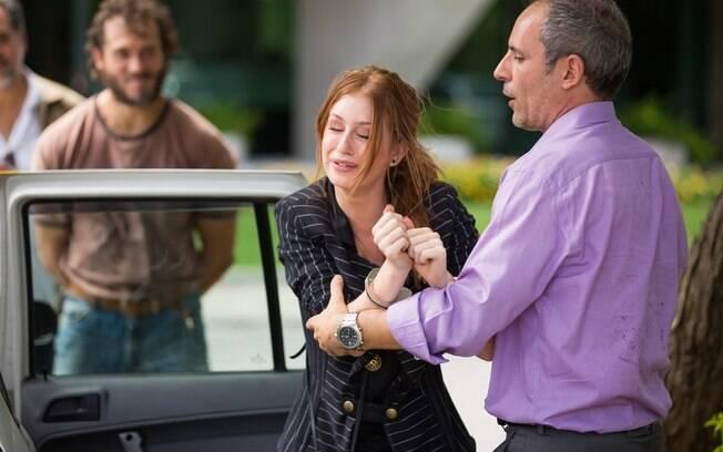 Eliza (Marina Ruy Barbosa) é levada presa após armação de Dino (Paulo Rocha),em Totalmente Demais