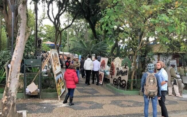 Embu das Artes tem muita cultura para oferecer aos turistas e a feira a céu aberto conta com muita opção de artesanato