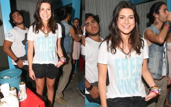 Com short curtinho, a  atriz vestia uma sugestiva camiseta com a frase: Free Hugs (abraços grátis, em português)