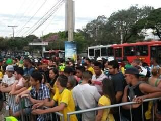 Torcida que não conseguiu entrar no Expominas para ver o jogo do Brasil ficou impaciente