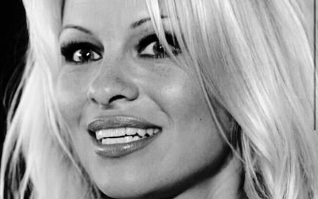 Pamela Anderson revela ter participado de orgia na Mansão Playboy