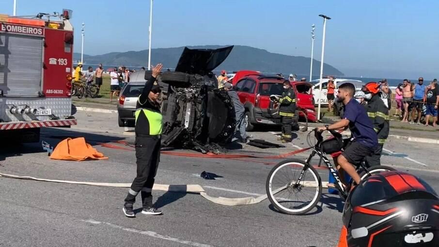 Após o acidente, a BMW capotou na avenida da praia de São Vicente