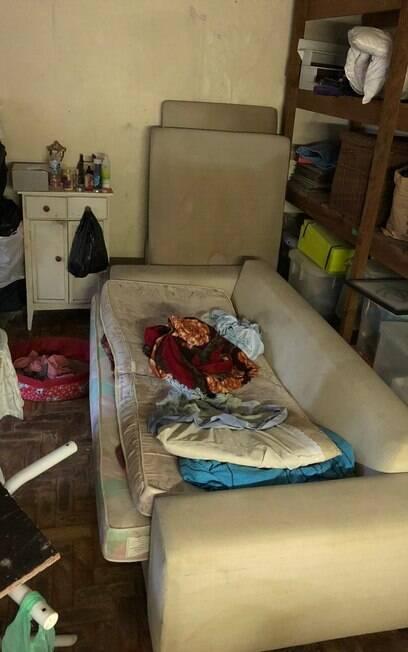 Quartinho em que a idosa de 61 dormia tinha com uma cama improvisada no sofá.