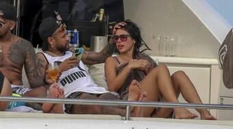 Em meio a polêmica com Galvão, Neymar volta a Paris com affair