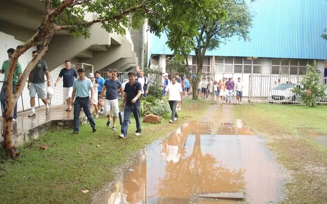 Fãs precisaram desviar o caminho para evitar  grande poça d'água