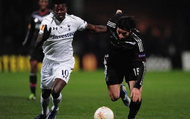 Adebayor e Bisevac disputam jogada no duelo  entre Tottenham e Lyon