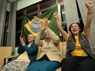 Esportes - Copa - Belo Horizonte - MG Jogo do Brasil contra Camaroes com as freiras do Instituto Bom Pastor  FOTO: FERNANDA CARVALHO / O TEMPO - 23.06.2014