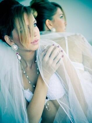 Estilo do ensaio é marcado por referências ao vestido de noiva e acessórios vintage