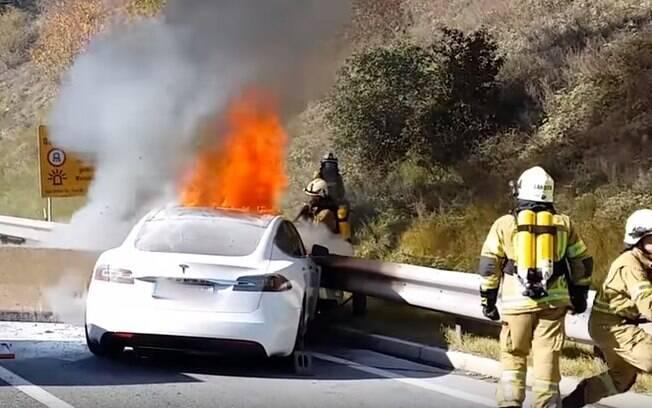 Tesla Model S pega fogo na Áustria. Ninguém se feriu, mas foi revelado o outro lado sobre a segurança de carros elétricos