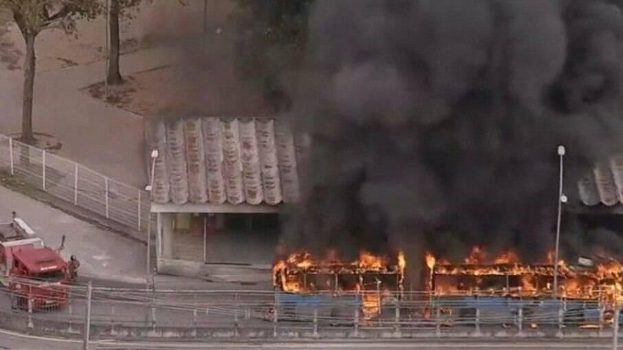 Incêndio atinge ônibus BRT no Rio de Janeiro