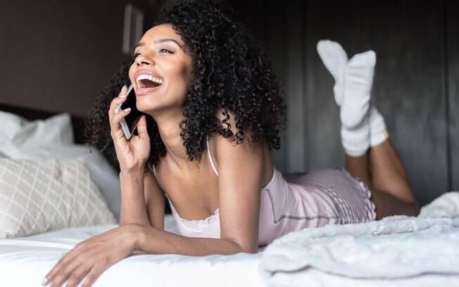 Fazer sexo telefone é uma ótima maneira de apimentar a relação ou matar as saudades de quem está longe - e não sai de moda