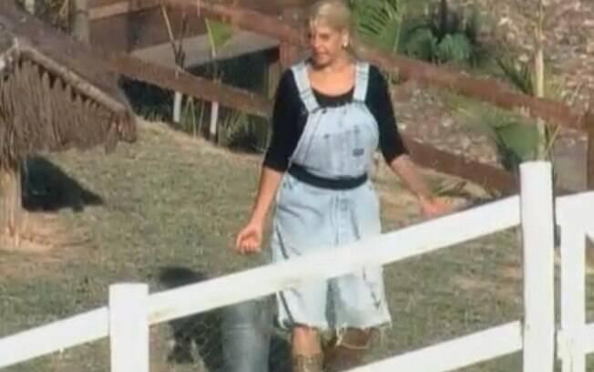 Monique Evans encontra o balde com os medidores de ração na área dos patos
