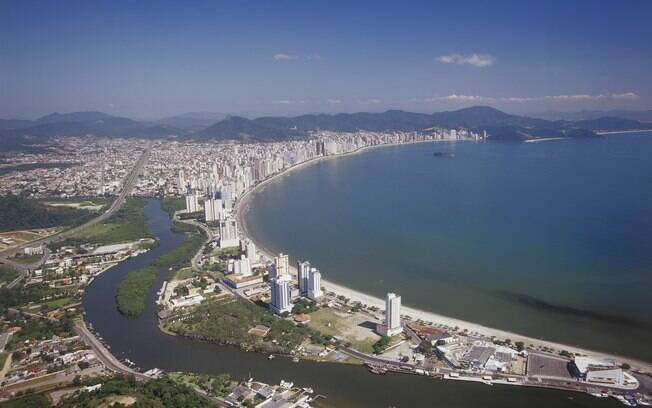 Balneário Camboriú agrada os turistas com suas belas praias e parques de diversão